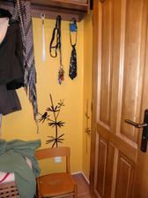 opačný kout u dveří do koupelny