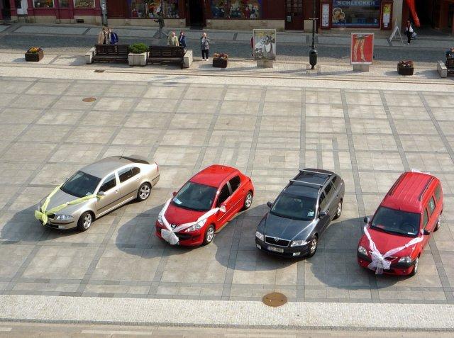 Co je v plánu - ozdobená auta pohromadě