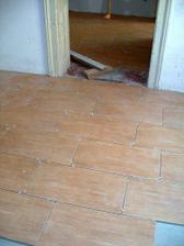 podlaha na chodbě a v předsíních