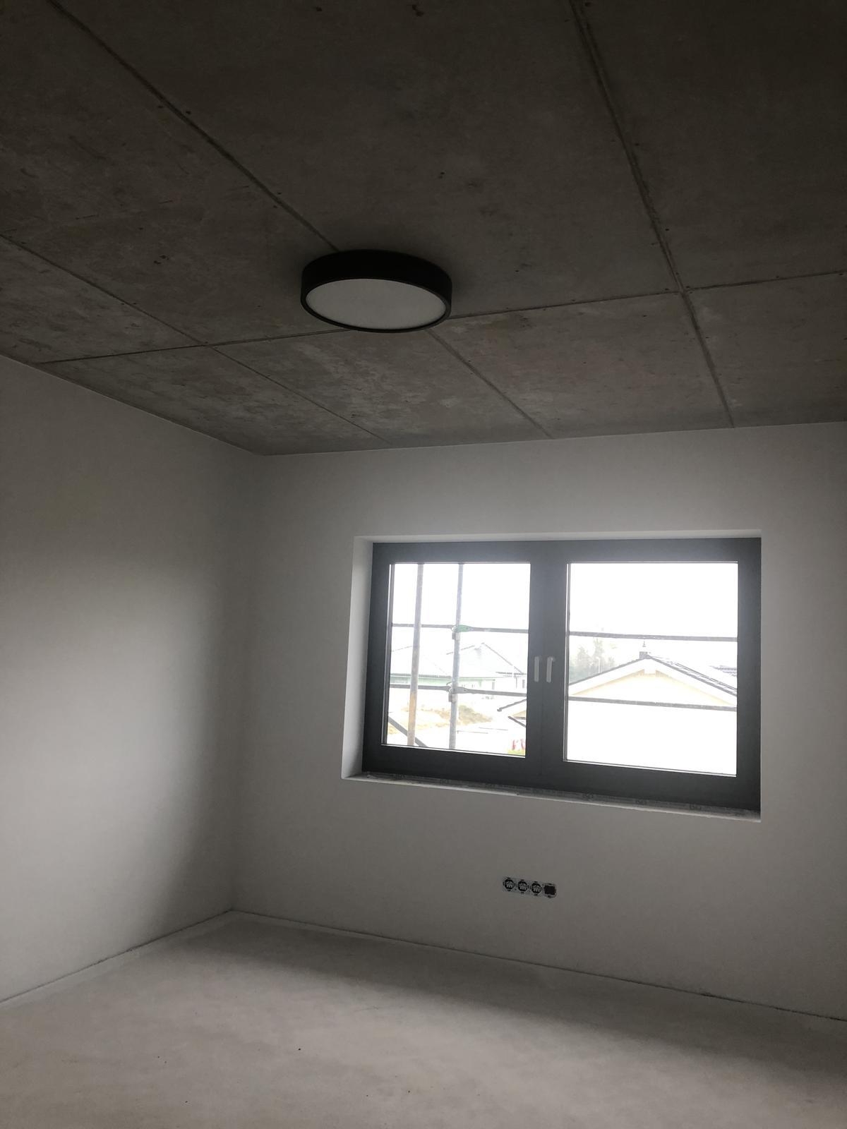 ...na Slnečnej... - Priznaný betónový strop v chlapčenských izbách.