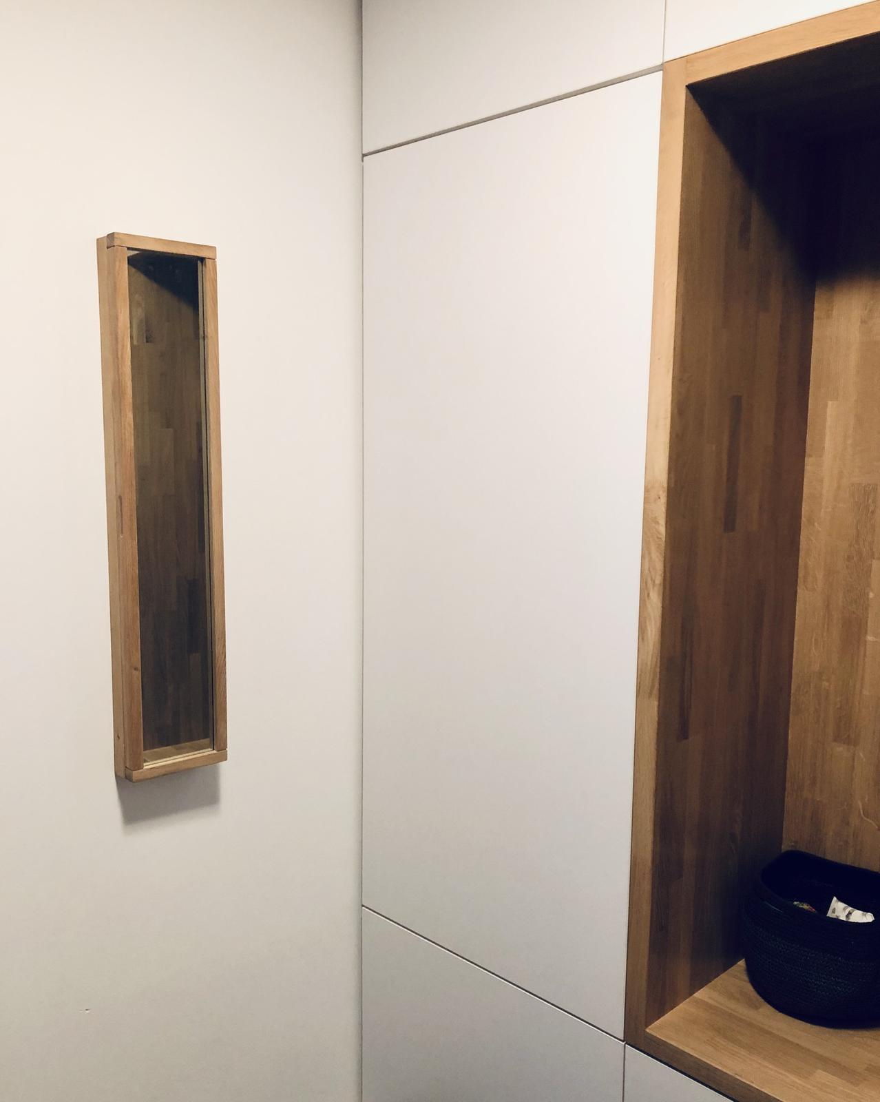 ...na Slnečnej... - ...dubová skrinka na kľúče so zrkadlom...