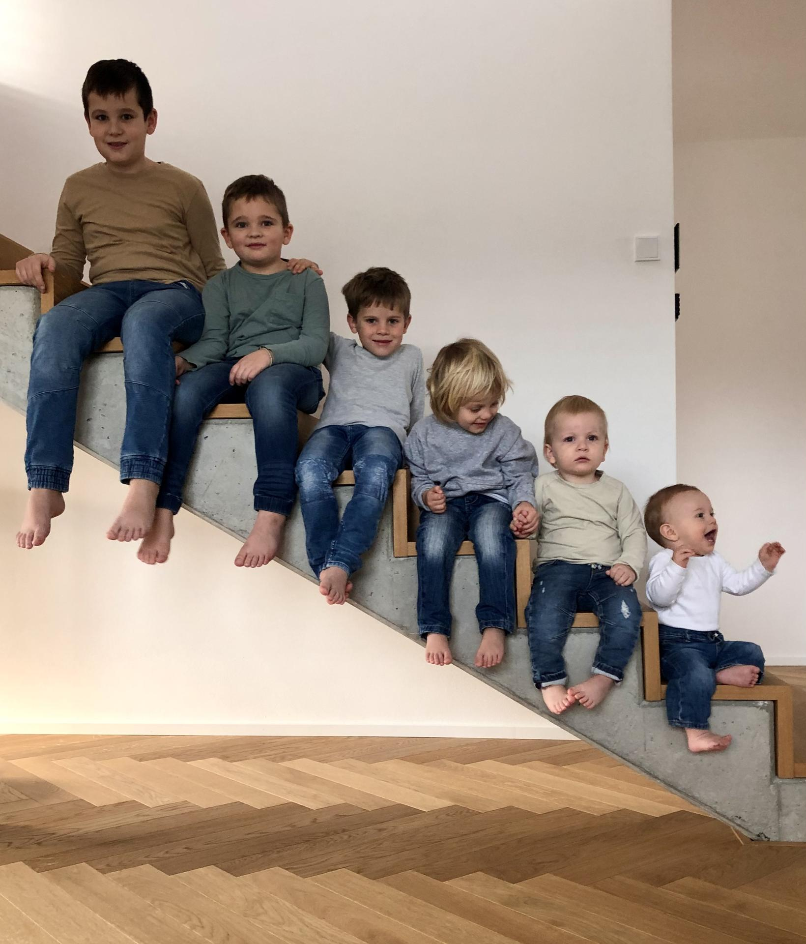 ...na Slnečnej... - ...že prečo som chcela takéto schody?? Napríklad aj pre túto dokonalosť...fotenie pre starých rodičov...bratranci pohromade