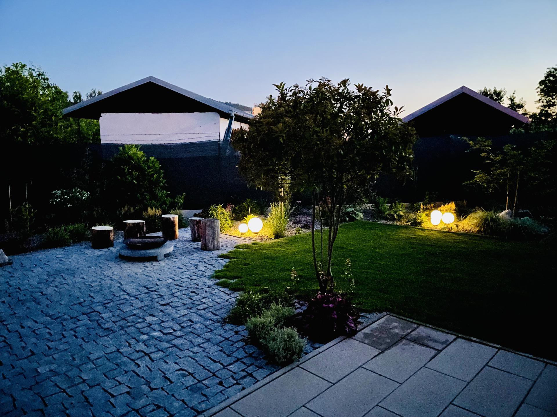 ...záhrada na Slnečnej... - …keď sa zotmie…má záhrada svoje čaro
