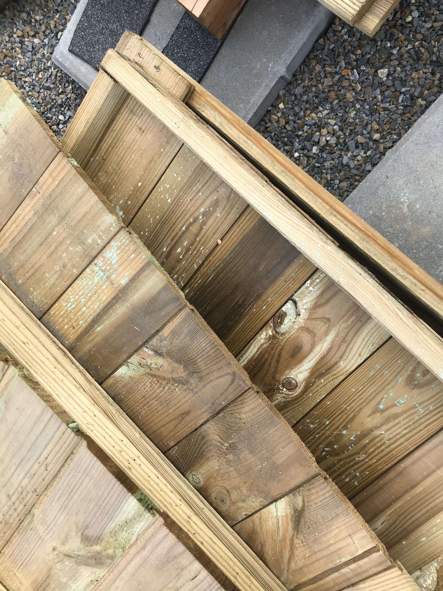 Prosím o radu, je dřevo na fotkách napadené plísní? Jde mi o případné ošetření, děkuji - Obrázek č. 1