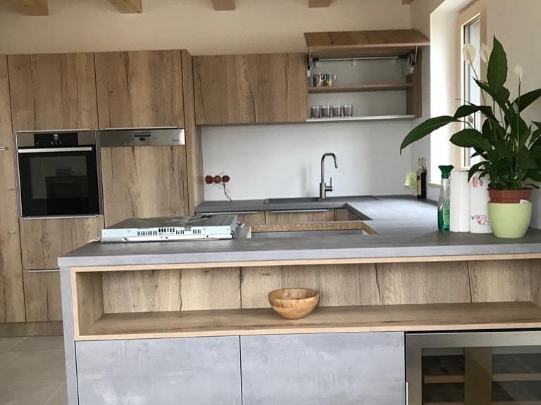 Kuchyňa: Harmónia dreva a betónu - Kombinácia dekoru dreva a betónu ide v interiéri skvelo dohromady