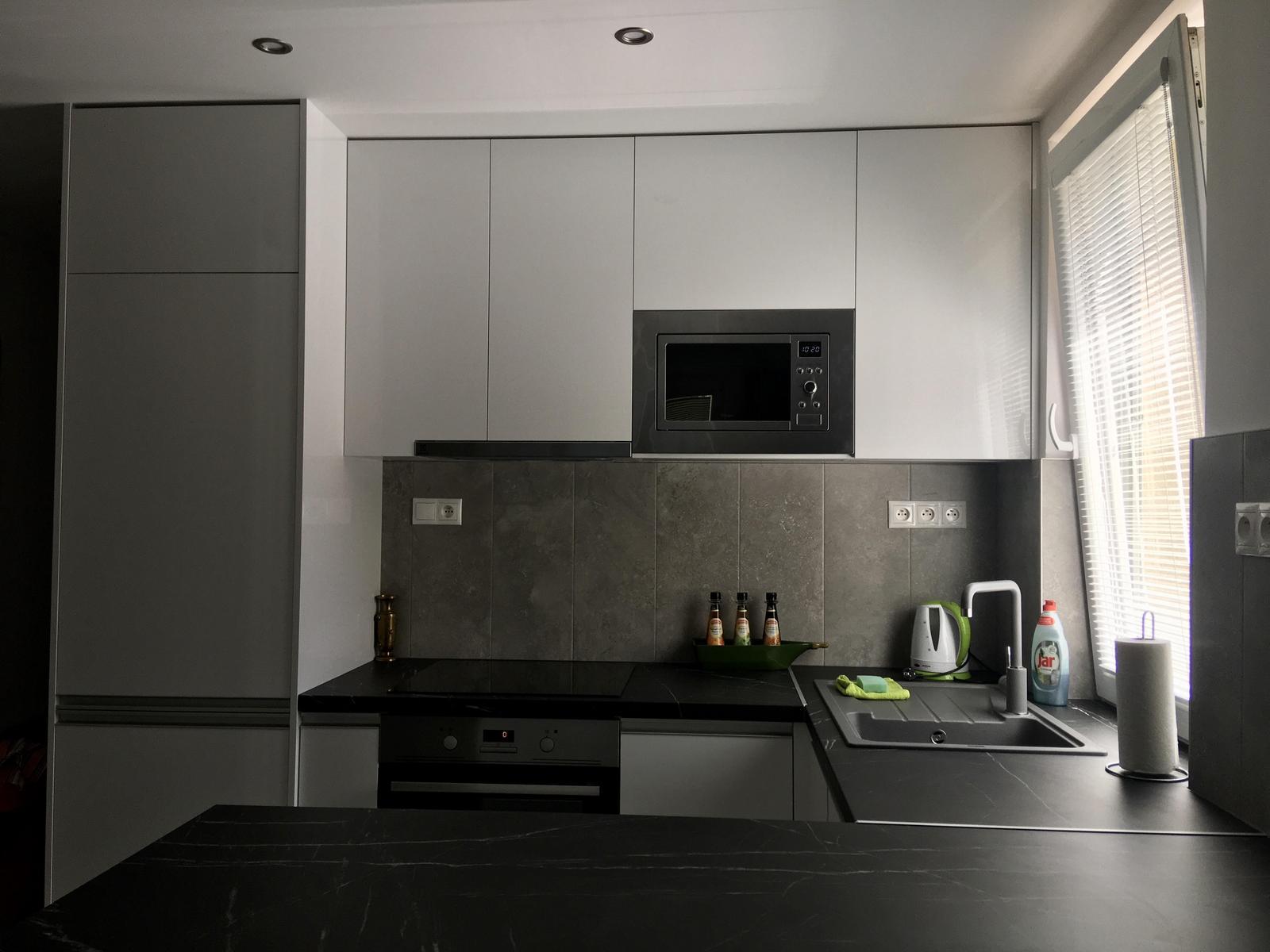 Biela lesklá kuchyňa - Obrázok č. 1