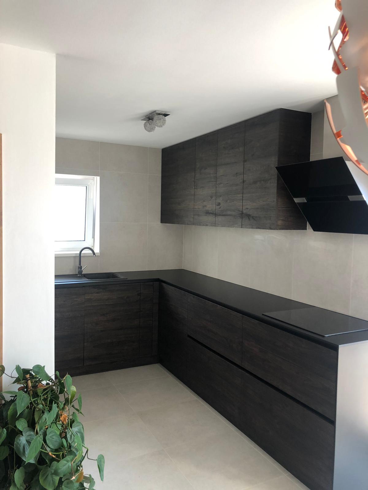 Bezúchytková kuchyňa s kompaktnou pracovnou doskou - Obrázok č. 1