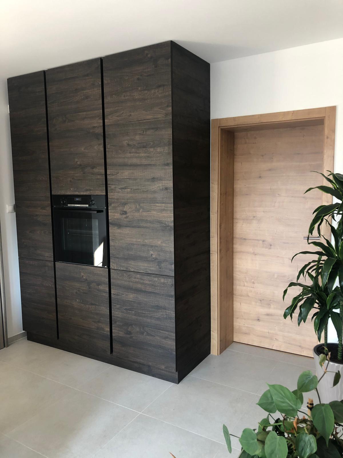 Bezúchytková kuchyňa s kompaktnou pracovnou doskou - Obrázok č. 2