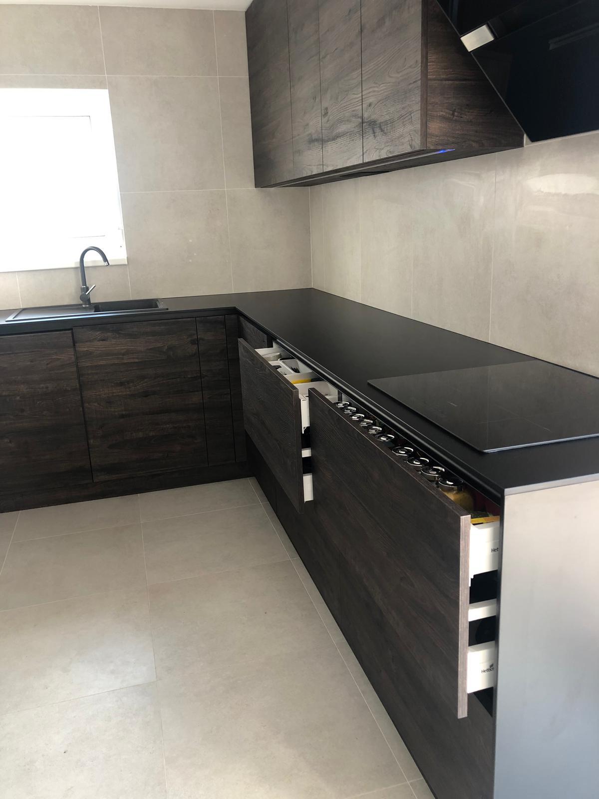 Bezúchytková kuchyňa s kompaktnou pracovnou doskou - Obrázok č. 3