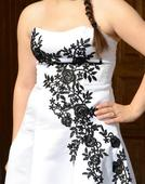 Svadobné šaty s čiernou výšivkou a vlečkou, 38