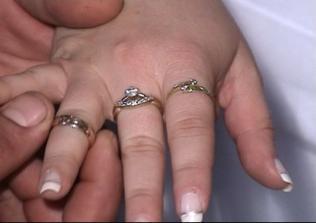 prijímanie prsteňa od ženícha