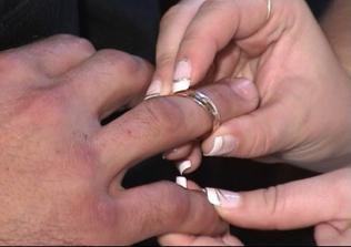 prijímanie prsteňa od nevesty