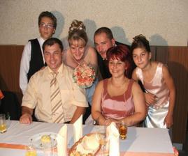 nevestina sestra s rodinou