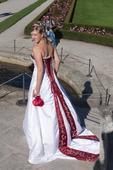 Bílo-bordó šaty s korálky vel.36-40, 38