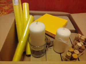 Dekorace na stůl (svíčky zasypané v písku, budou ovázané motouzkem + knoflík)