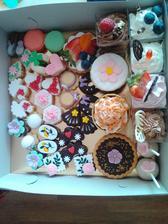 Dortíky od Lucíka. Právě jsem si přivezla ochutnávkovou krabici s cukrovím a kombinacemi krémů s korpusy na dort. Budeme koštovat v rodinném kroužku. Tady budeme objednávat dort a možná tohoto trošku krásného cukroví na svatební stůl.