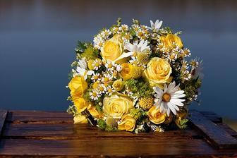 Představa kytice, pravděpodobně s několika modrými kvítečky, aby ladila s hřebínkem do vlasů. V podobném duchu budou i vazby na stolech.