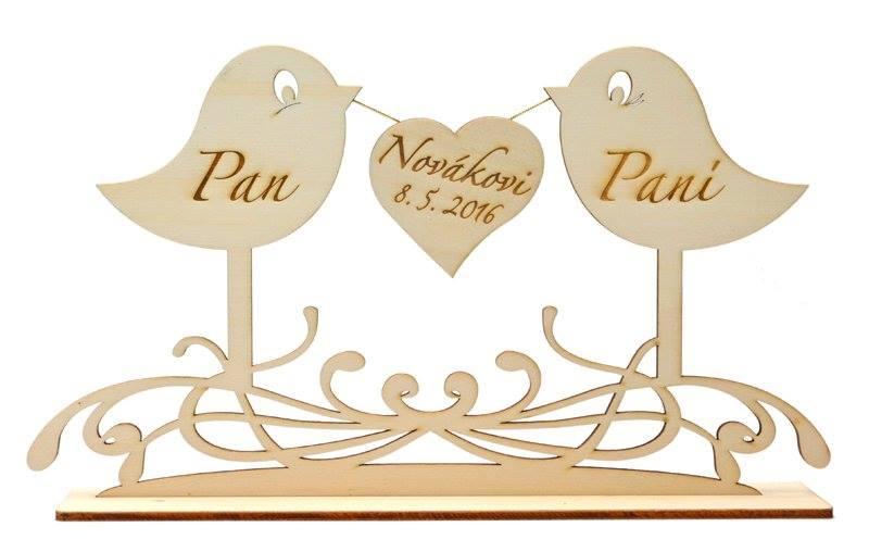 Drevený stojan vrabec s menami a dátumom  - Obrázok č. 1