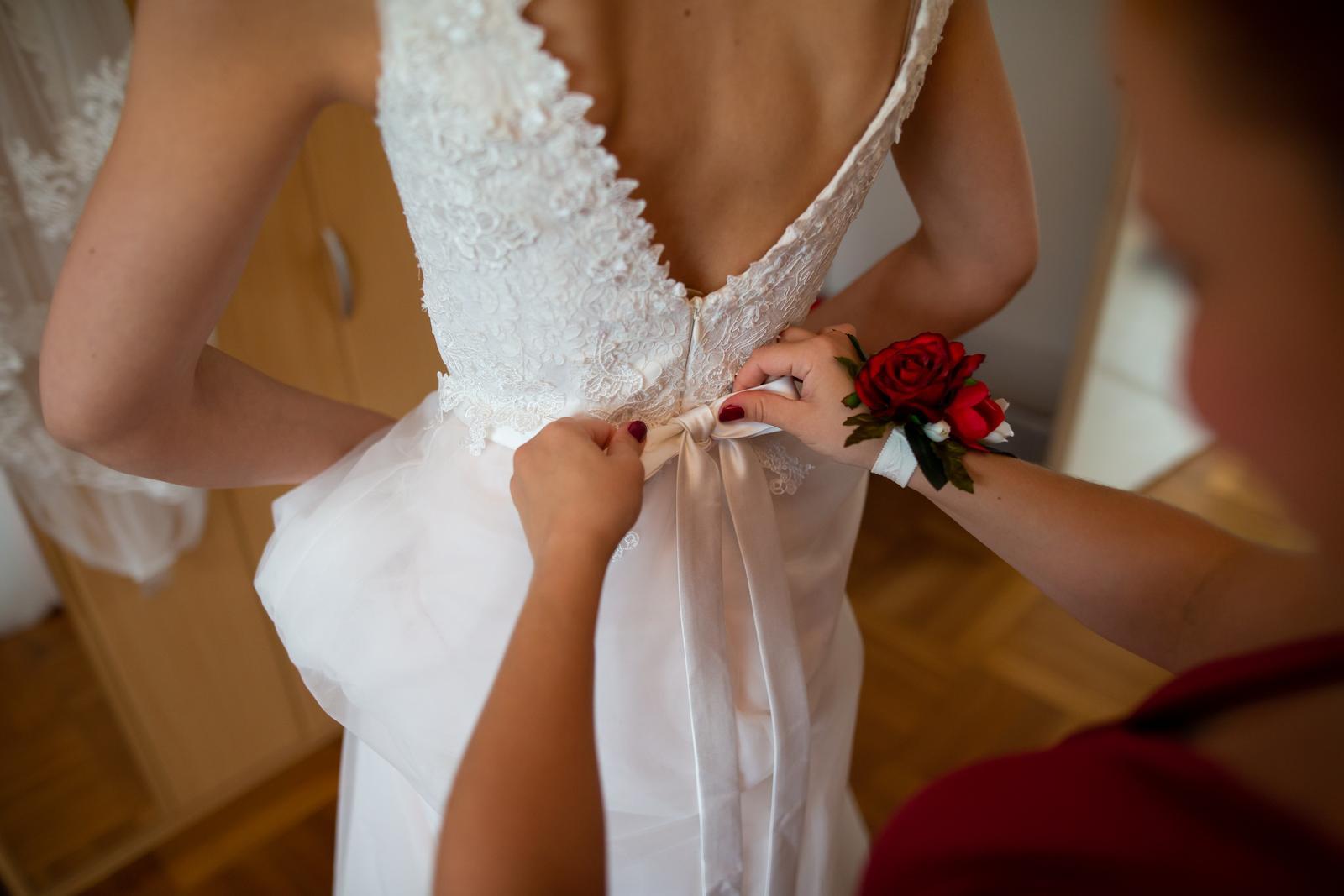 Svatební šaty s holými zády a růžovou spodničkou - Obrázek č. 1