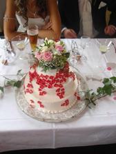 náš svatební dortík :) růžičky měly být růžové, no ale to nevadí, hlavně, že chutnal :)