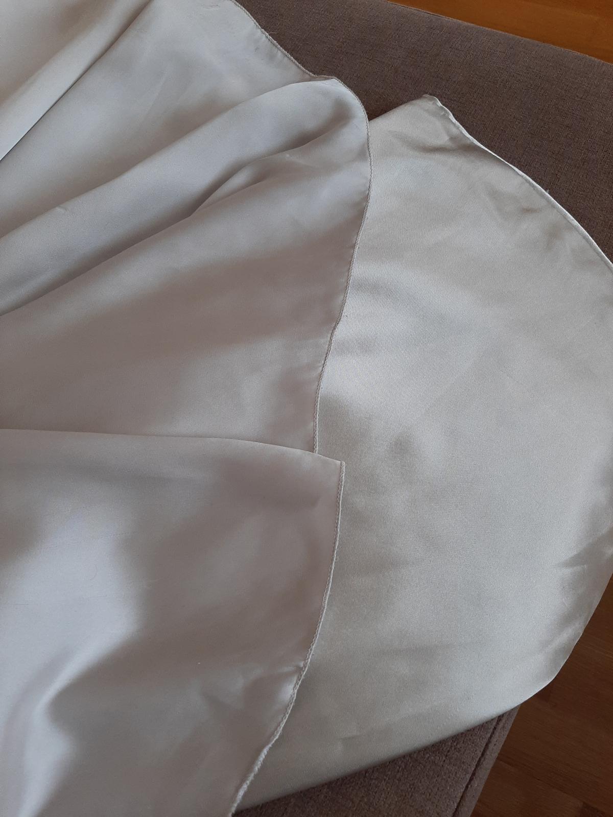 Hodvábne strieborné spoločenské šaty  - Obrázok č. 3
