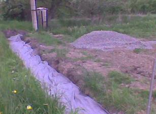 zasypany a prekryty dren geotextili.