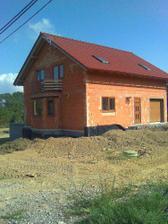 pohled na dům a spoustu práce okolo, jo a hlavně máme málo hlíny.-))