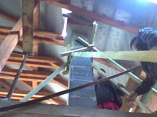 Komínek, za komínem schovaný manžel.:-))