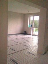 pohled z chodby do obyváku k terasovým dveřím