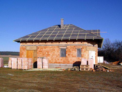 Naše bydlo - 9.2.2008 zabedněný krov + folie a pánové dostavěli komín:-)