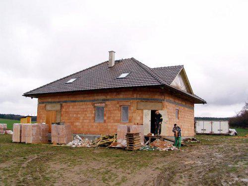 Naše bydlo - Po vydatném dešti, sněhu, orkánu Emma a opět vytrvalém dešti nám konečně mohli pokrýt střechu - 28.3.