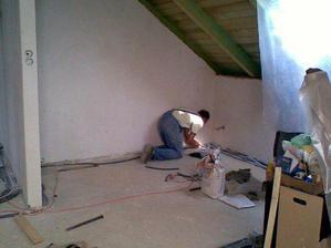 Poslední dolaďování elektrorozvodů před podlahama v pokojíku