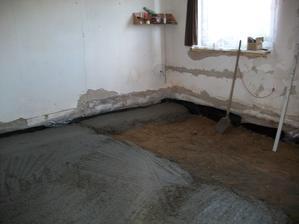 podlaha vytrhaná,vynosená škvára a zemina,zaizolované a betónujeme