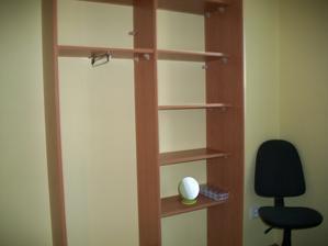vstavaná skriňa-ešte bez dverí
