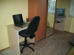 stolík pod TV a písací stolík