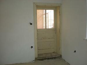 staré dvere ktoré sa zrenovujú
