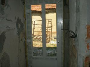 dvere v malej chodbičke,už je tiež vystierkovaná