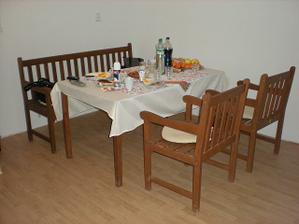 požičaný stôl z altánku