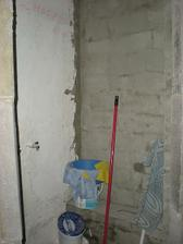 murovaný sprchový kút,zatiaľ odkladací priestor