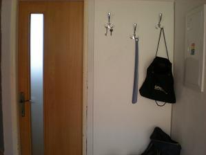 zrenovované dvere,keď sa položí podlaha na chodbe tak sa zrenovuje aj zárubňa