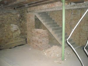Obouchané omítky, některé zdi zcela zbourané