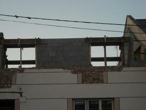 Tak a horní patro už má otvory na okna:-)