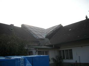 Říjen - střecha konečně pod plachtou
