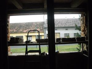 Prosinec, zvětšujeme jediné okno vedoucí do obýváku a do kuchyně, i tak tam bude asi málo světla...