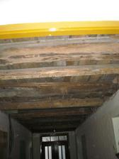 8.2.2012 odkrytý strop v chodbě