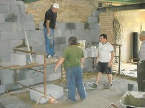 Snažíme u křivé zdi vystavět rovnou:-)