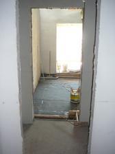 Pohled ze spíže do kuchyně a obýváku
