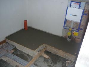 Částečně vylitá podlaha v koupelně, zbytek bude podlahové topení