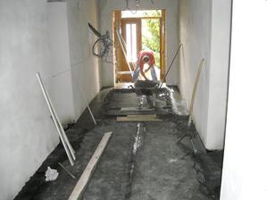 Červenec 2012 betonujeme podlahu v chodbě