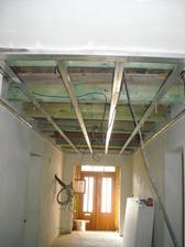 Konstrukce na stropy v chodbě